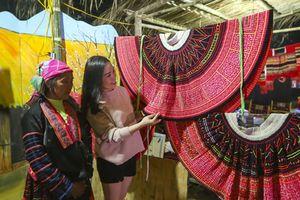 Phiên chợ vùng cao Tây Bắc đặc sắc trong lễ hội hoa Ban