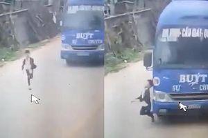 Clip: Cậu bé đột ngột băng qua đường bị ô tô tông, may mắn thoát nạn