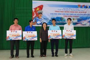 Kiên Giang:Trao học bổng cho học sinh dân tộc thiểu số và vùng biển đảo