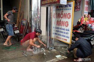 Ra quân tháo dỡ biển quảng cáo sai quy định ở Quỳnh Lưu