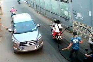 Người đàn ông bị nhóm côn đồ bịt mặt, truy sát táo tợn trên đường