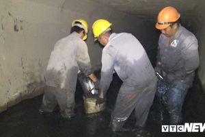 Bạn trẻ dầm mình dưới cống hôi nồng nặc trải nghiệm một ngày làm công nhân thoát nước