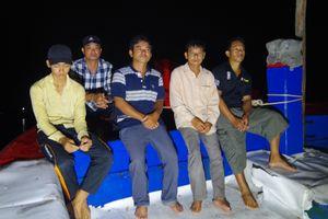 Quảng Ngãi: 5 ngư dân bị tàu tuần tra Trung Quốc truy đuổi đã về tới đất liền