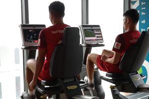 Cầu thủ U23 Việt Nam xem lại trận MU bị loại khỏi FA Cup khi tập gym