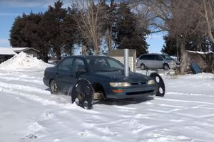 Toyota Corolla lắp bánh răng, biến hình thành xe lội tuyết