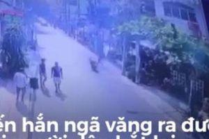 Người đàn ông đá ngã văng tên cướp chạy xe máy gây bão mạng