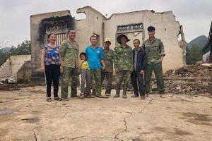 Thủ môn đẹp trai Nguyễn Văn Hoàng dành kỳ nghỉ làm phụ hồ giúp gia đình
