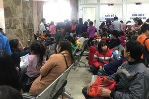 Bệnh viện Hà Nội 'vỡ trận' vì quá đông bệnh nhi xét nghiệm sán lợn