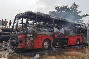 Quảng Nam: Xe giường nằm bốc cháy dữ dội trong bãi đỗ, toàn bộ khung xe cùng nhiều tài sản của khách bị thiêu rụi