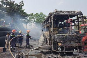 Quảng Nam: Xe giường nằm bất ngờ bốc cháy dữ dội khi đang ở trong bến