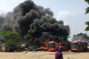 Đang đậu trong bến, ô tô khách bốc cháy ngùn ngụt ở Quảng Nam
