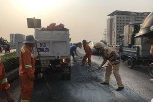 Xe tải vô danh thả đá sỏi tràn cầu vượt Quang Trung
