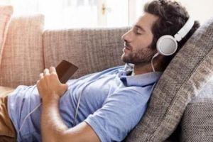 Ngủ thiếp đi trong khi nghe nhạc, tỉnh dậy chàng trai phát hiện mình bị điếc