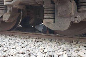 Rớt tim cảnh người đàn ông bị tàu hỏa Bắc – Nam tông trúng, kéo lê cả đoạn dài