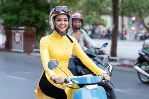 H'Hen Niê mặc áo dài, tự chạy xe máy dự sự kiện