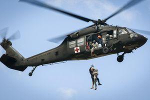 Xe trượt tuyết đâm rách đuôi trực thăng Mỹ