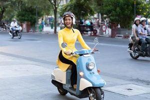 H'Hen Niê tái hiện hình ảnh cô gái Sài Gòn xưa với xe gắn máy
