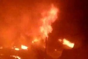 TP.HCM: Cháy nhà kho hơn 1.000m2 bị thiêu rụi, 13 căn nhà bị cháy lan