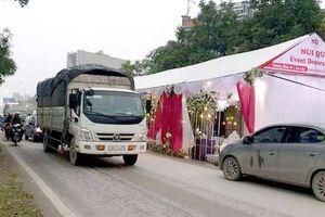 Ngang nhiên dựng rạp cưới giữa đường cản trở giao thông