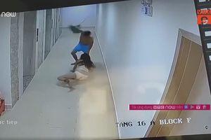 Người phụ nữ trong bộ đồ ngủ bị bạo hành dã man ở hành lang chung cư