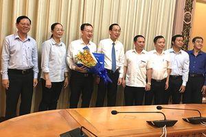 Phó Chủ tịch Thường trực UBND TPHCM Lê Thanh Liêm trao quyết định điều động cán bộ