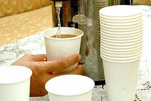 Mối nguy hiểm từ cốc uống nước kém chất lượng