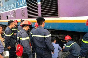 Giải cứu người đàn ông bị kẹt tay dưới gầm tàu hỏa