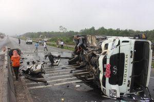 Quảng Trị: Tông dải phân cách, xe ôtô lật ngang khiến 2 người bị thương