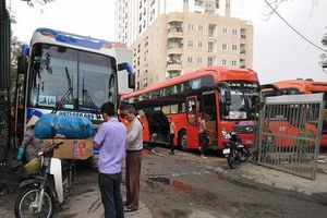 Hà Nội: Bến xe 'cóc' ngang nhiên tồn tại cạnh Bến xe Nước Ngầm