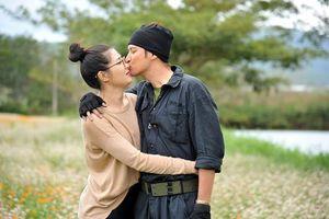Huy Khánh tình tứ, hôn vợ ngay tại phim trường