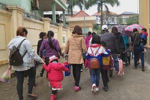 Trẻ em vật vờ vì dậy từ 3h sáng đi Hà Nội xếp hàng xét nghiệm