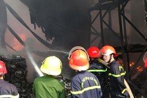Dập tắt vụ cháy lớn công ty sản xuất đèn cầy