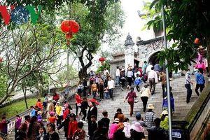 Nghệ An: Đông đảo người dân và du khách về dự Lễ hội Đền Cuông