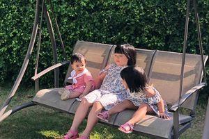 Mẹ 'siêu nhân' Trang Moon dắt theo 3 con nhỏ vẫn du lịch nhàn tênh