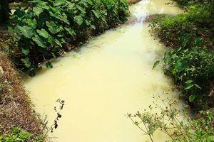 Kênh thoát nước mưa KCN ở Đà Nẵng đổi màu trắng đục bất thường