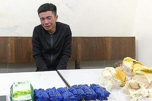 Bắt đối tượng vận chuyển gần 12.000 viên hồng phiến và 1 kg ma túy đá