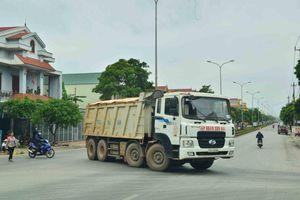 Quảng Bình: Xe trọng tải lớn 'cày xới' con đường liên thôn, dân bức xúc