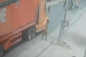 Người đàn ông lao đầu vào gầm container và pha thoát nạn không tưởng