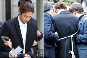Hình ảnh Jung Joon Young bị trói tay, đưa tới đồn cảnh sát gây sững sờ
