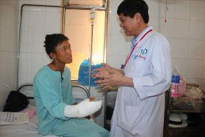 Đồng Nai: Bị máy cưa vào cổ tay, nối mạch máu không cần kim khâu