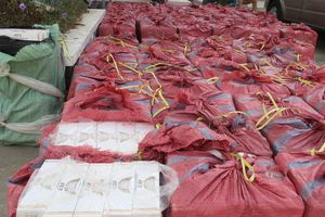 Tạm giam 3 đối tượng vận chuyển 48.500 bao thuốc lá lậu