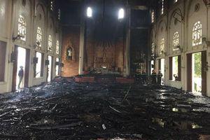 Hà Tĩnh: Một nhà thờ cháy dữ dội, nội thất bị thiêu rụi
