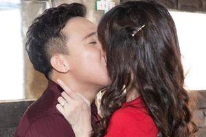 Trấn Thành không ngại 'khóa môi' Hari Won trước đông đảo bạn bè nghệ sĩ