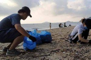 Trẻ em, bệnh nhân phong 'xắn tay' cùng du khách Canada dọn rác bãi biển
