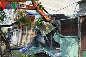 Tháo dỡ ki-ốt sàn giao dịch bất động sản trái phép ở Đà Nẵng
