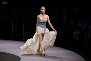 Hương Giang tung váy điêu luyện trên sàn diễn trong vai trò vedette