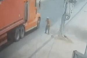 Clip hãi hùng: Người đàn ông tự lao đầu vào xe container đang chạy, thoát chết thần kỳ
