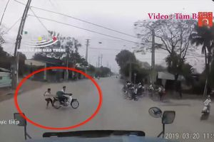 Học sinh lái xe tạt đầu container, nhảy xuống yên để thoát thân
