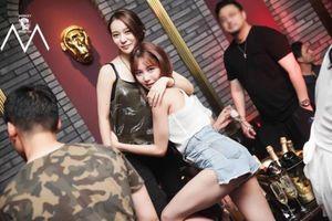 Cảnh ăn chơi ở quán bar phạm pháp, bán rượu 1,6 tỷ đồng của Seungri