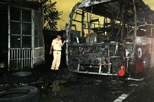 Xe khách giường nằm cháy rụi trên quốc lộ 1, nhiều người thoát chết